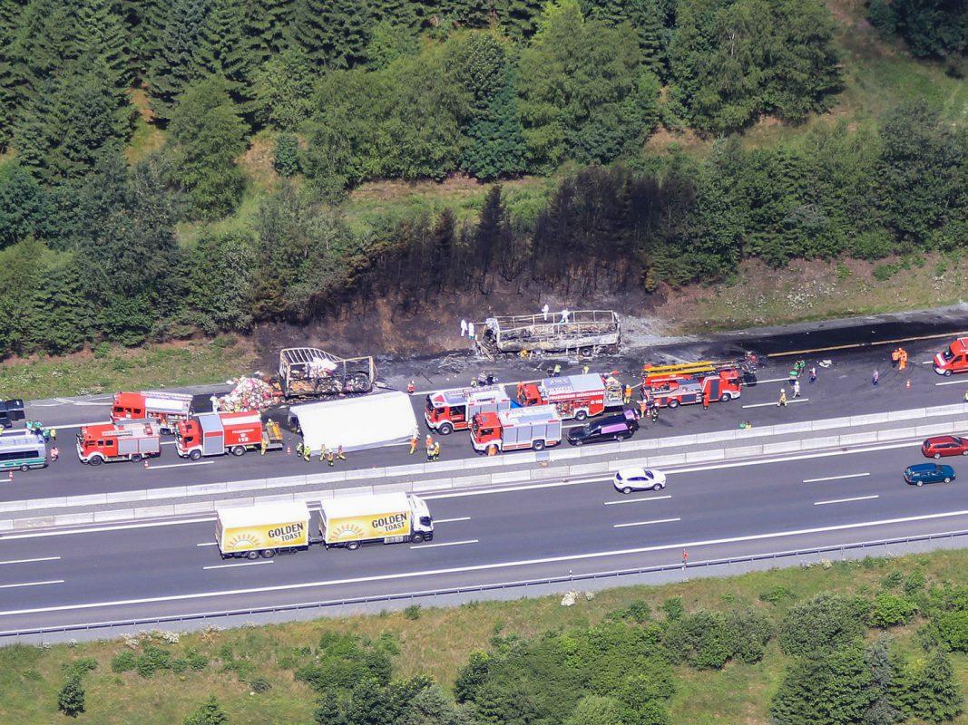 Der ausgebrannte Reisebus in Münchberg auf der Autobahn A9. Foto: NEWS5 / Merzbach