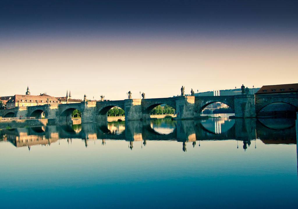 Alte Mainbrücke im Farbenspiel – Foto: André Höfig