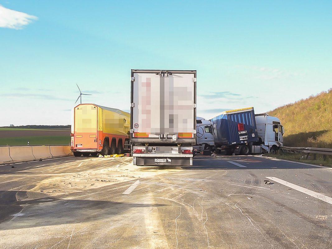 Da die Laster ineinander verkeilt waren gestaltete sich die Bergung als schwierig. Foto: Pascal Höfig