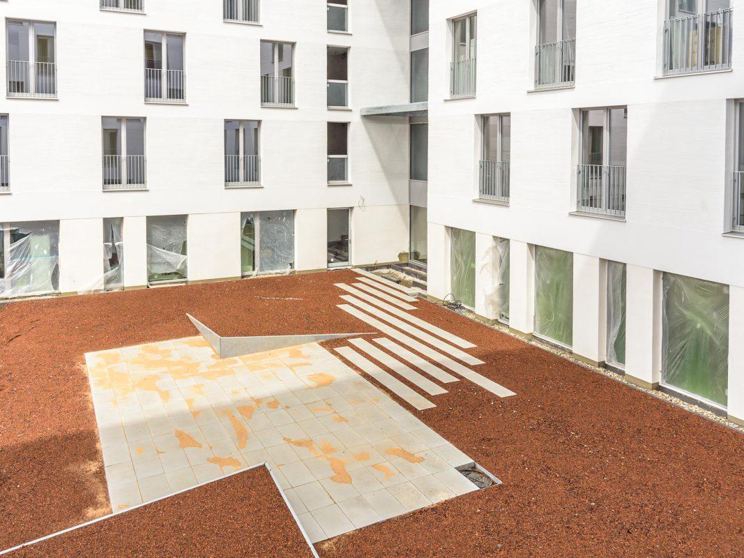 Bodentiefe Fenster dienen den Bewohnern als natürliche Lichtquellen. Foto: Pascal Höfig