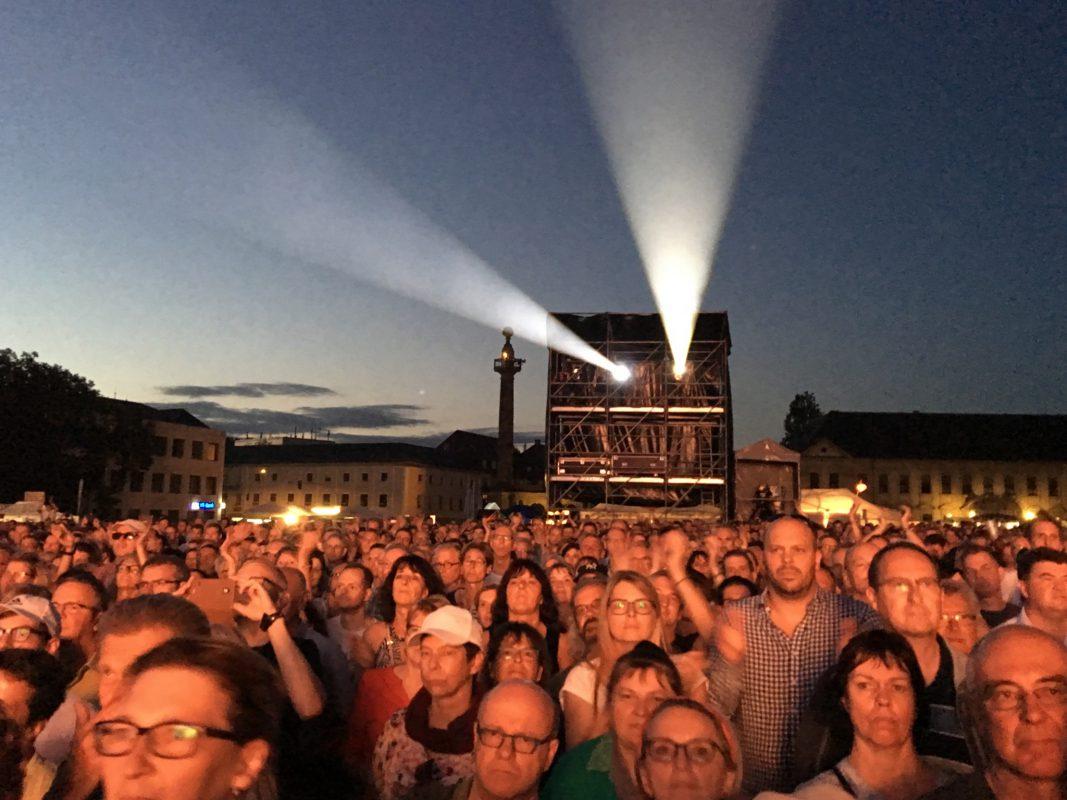 9.500 begeisterte Zuschauer auf dem Würzburger Residenzplatz. Foto: Frederik Löblein
