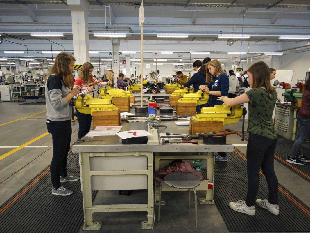 Am 2. und 3. November sind Schülerinnen eingeladen in technische Berufe zu schnuppern. Foto: FHWS I Sonja Ehrenfels