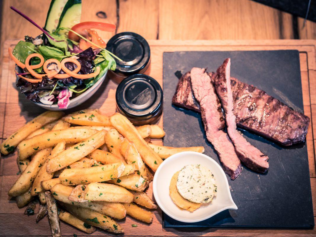 Hochwertiges Steak mit hausgemachten Pommes und Salat. Foto: Pascal Höfig