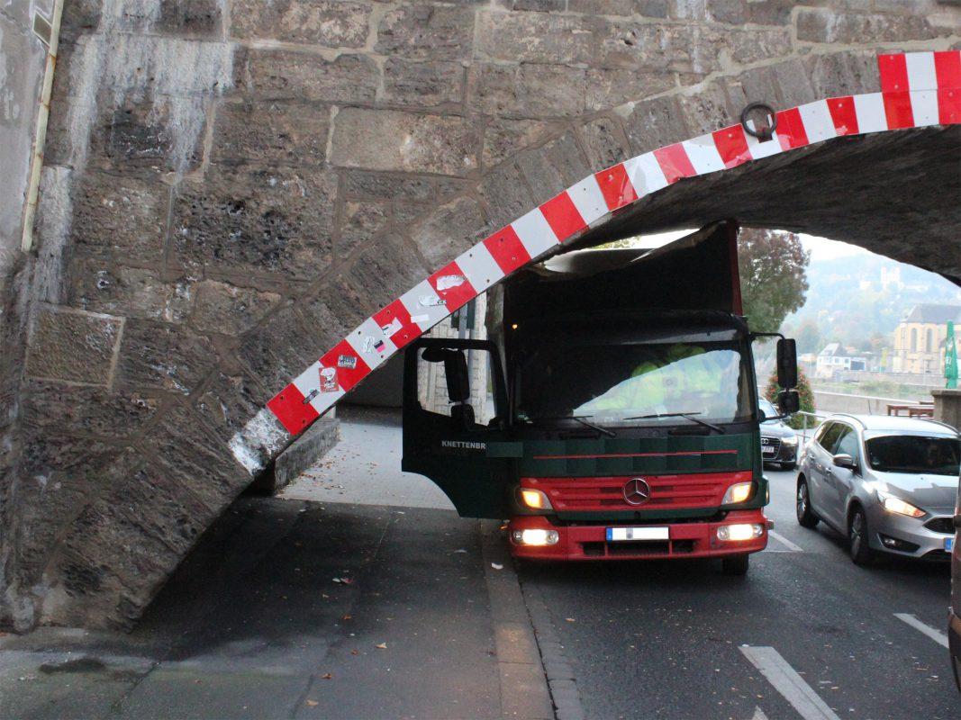 Durch den Aufprall und das abrupte Stoppen, wurde der Lkw erheblich beschädigt, konnte jedoch noch von selbst unter der Brücke wieder hervor fahren. Foto: Polizei
