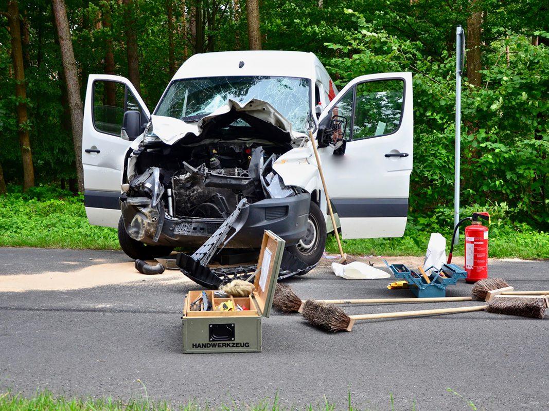 Der Fahrer wurde schwer verletzt: Foto: Moritz Hornung, FF Volkach